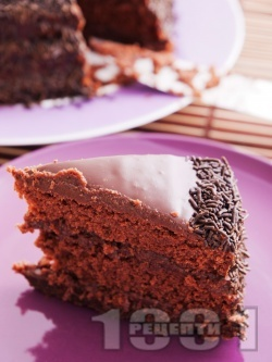 Домашна много шоколадова торта с орехово-какаови блатове и шоколадово-сметанов крем - снимка на рецептата